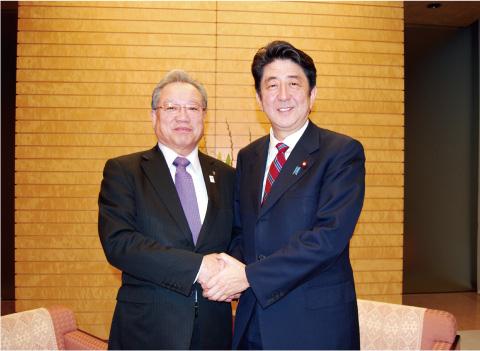 安倍総理とガッチリ握手する羽生田たかしの画像