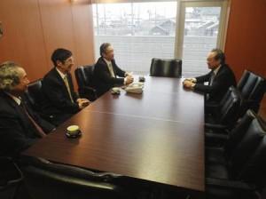 奈良県医師会で役員と懇談する羽生田たかしの写真