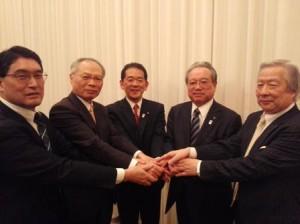 長野の小松豊衆議院議員と握手する羽生田たかしの写真