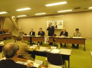 富山県医師会で挨拶する羽生田たかしの写真