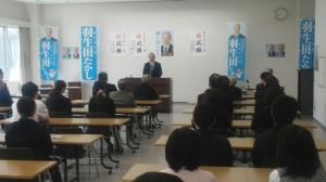 島根県で挨拶する羽生田たかしの写真