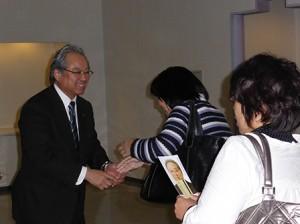 支援者と握手する羽生田たかしの写真