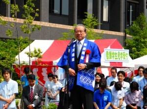 ハッピを着て挨拶する羽生田たかしの写真