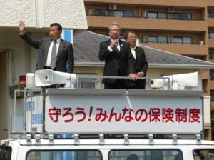 宣伝車で演説する羽生田たかしの写真
