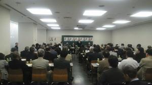 挨拶する羽生田たかしの写真