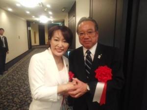 森まさ子内閣府特命担当大臣とガッチリ握手する羽生田たかしの写真