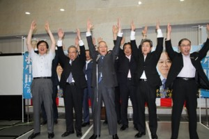 当選が確実になり万歳をする羽生田たかしの写真