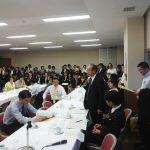 日本経済再生会議で質問を行っている様子